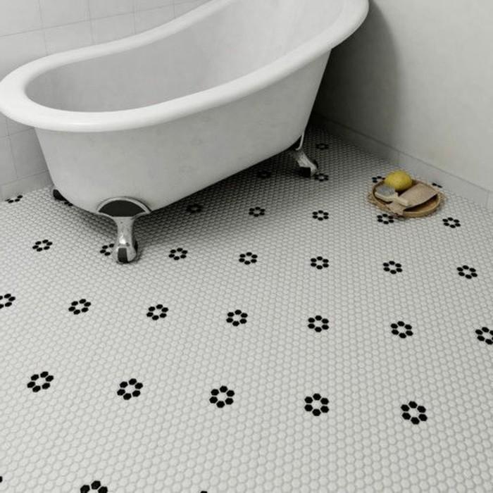 mosaikfliesen-bad-und-ausgefallene-badewanne
