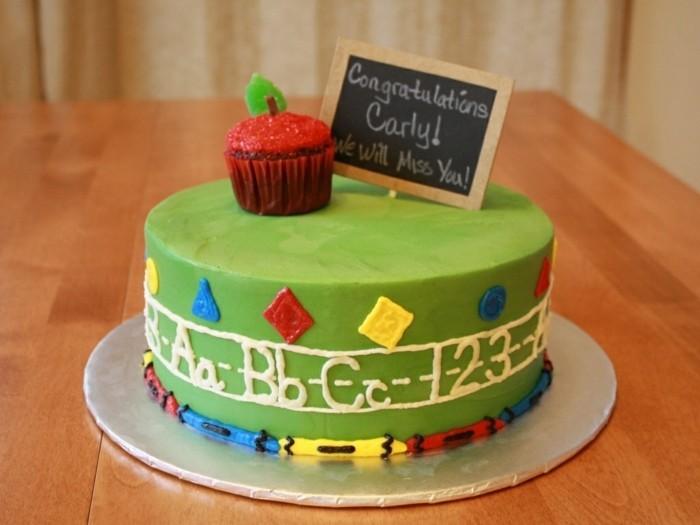 motivtorten-selber-machen-erster-tag-in-der-schule-grun-bucher-auf-der-torte