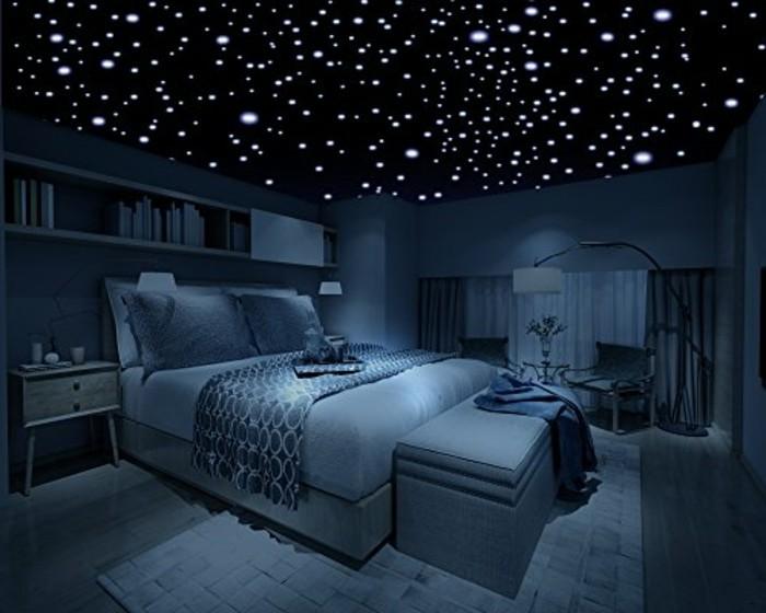 nacht-mit-sternen-sternhimmelimschlafzimmer-blaueslicht-lichtkunst-miniledlicht