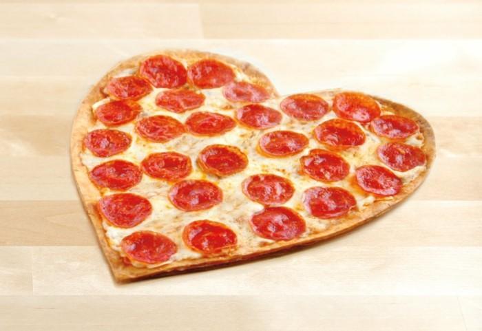 pizzaofen-selber-bauen-eine-herzformige-pizza-backen