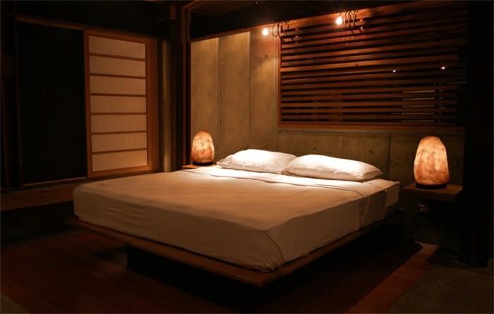 salzlampe-im-schlafzimmer-lichtkunst-lichtschlafzimmer-kunstlicheslicht-orangeslicht