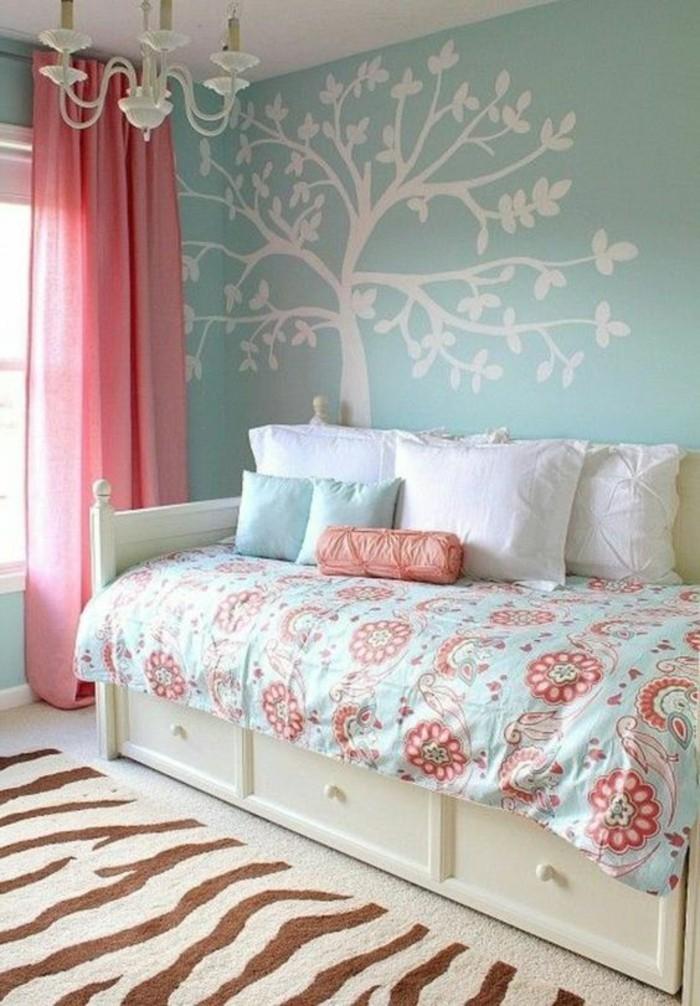 blaue-wande-rosa-vorhänge-teppich-tier-motive