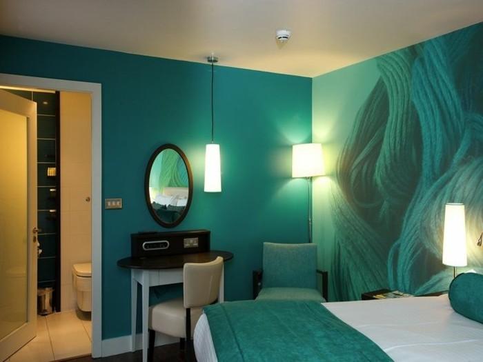 schlafzimmer-turkisgrun-lichtinderecke-lichtvordemspiegel-nachtlampe-weises-licht-kunstlicheslicht-lichtkunst