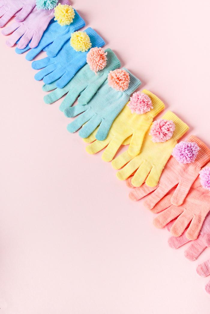 Bunte Handschuhe mit kleinen Bommeln, schönes DIY Geschenk für Freundin oder Mutter