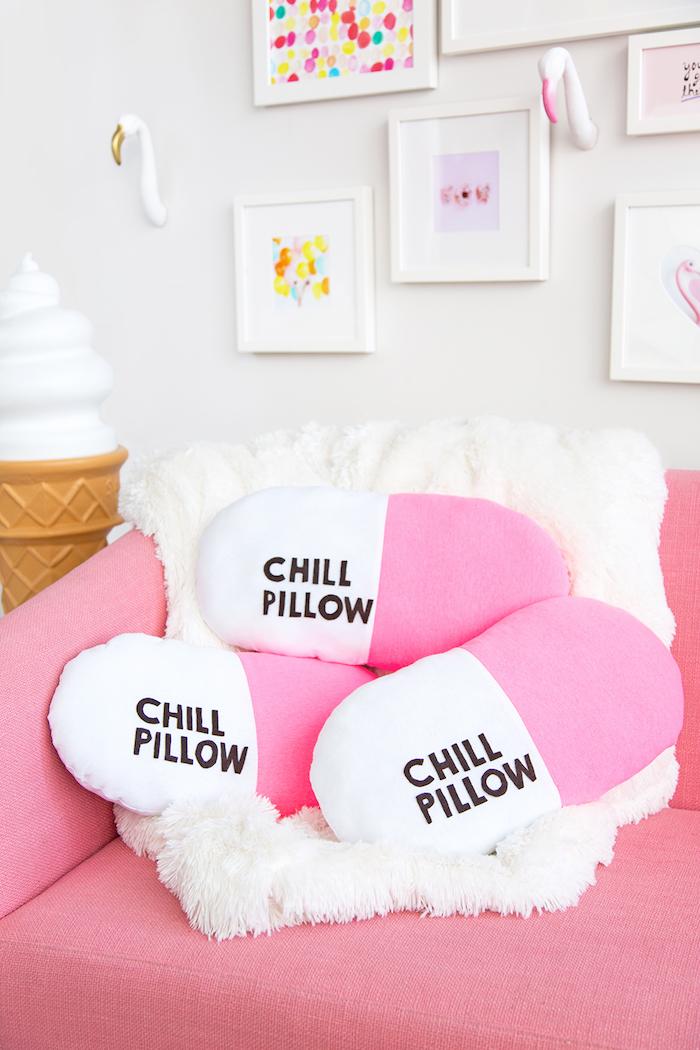 Chill Pill Kissen selber nähen, kreatives DIY Geschenk für Freund, drei Kissen auf rosa Sofa