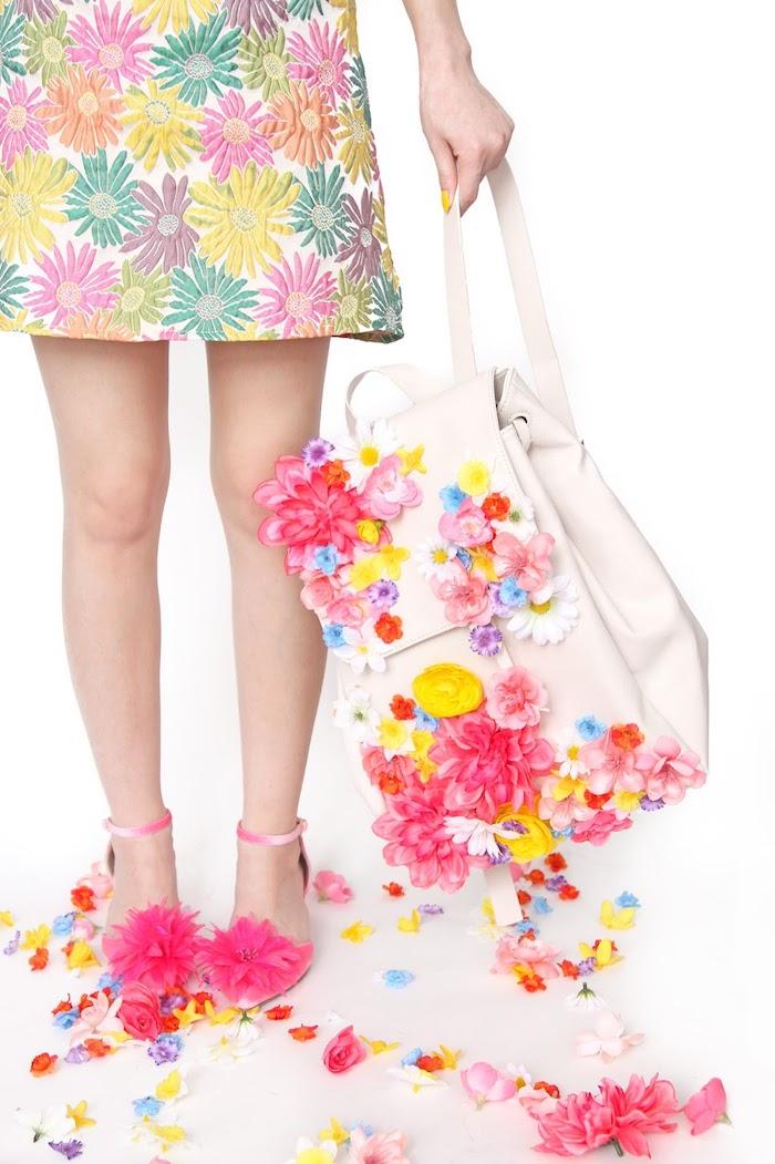 Weißer Rucksack aus Leder dekoriert mit künstlichen Blumen, Kleid mit Blumenmuster