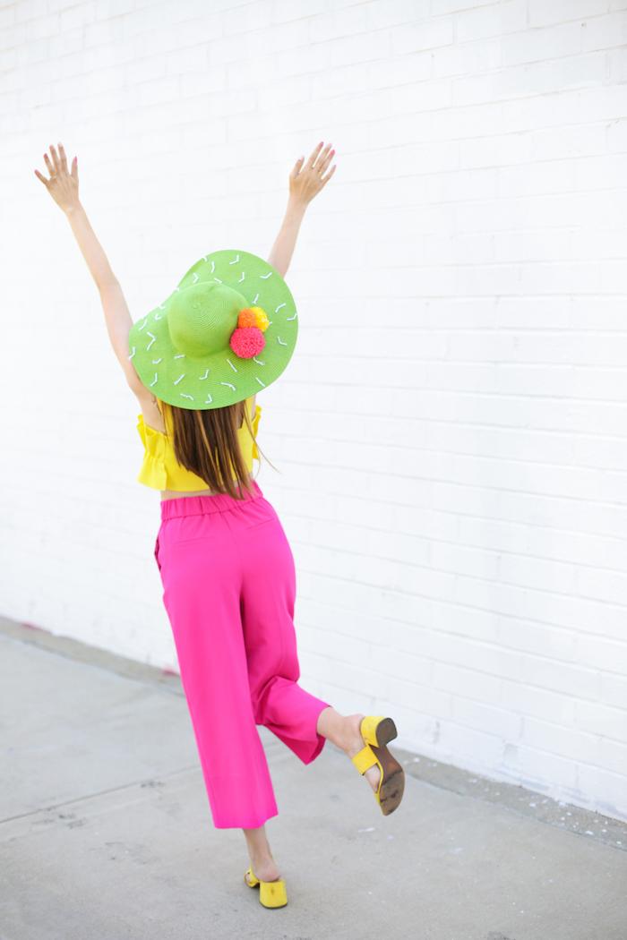 Gelbes Top und violette Hose, Kaktus Sommerhut mit bunten Bommeln, Sommer Outfit
