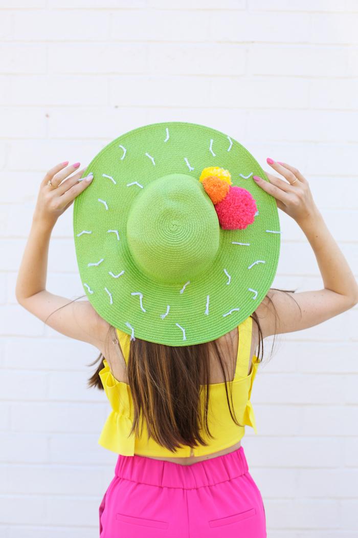 Kaktus Sommerhut und Kleidung in fröhlichen Farben, grüner Hut mit bunten Bommeln