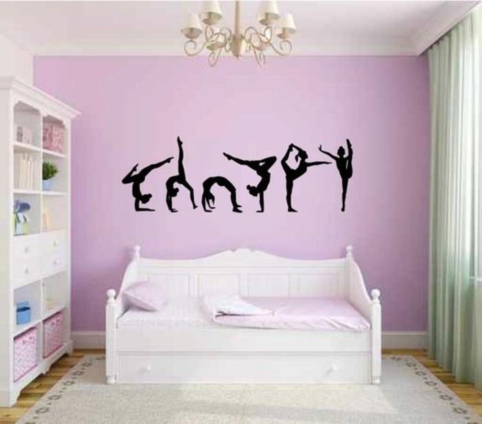 teenager-rosa-wanden-weisem-vorhang-weichem-teppich