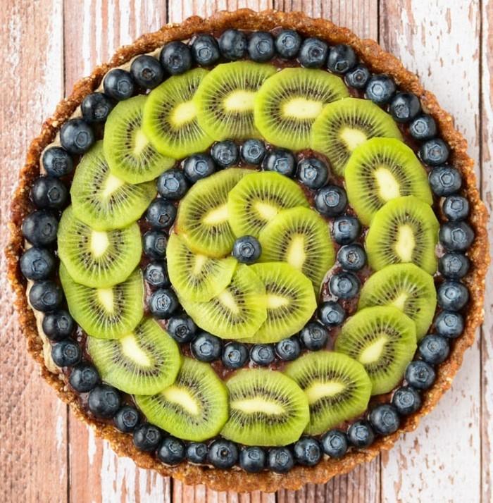 vegane-torte-vegan-kunstwerk-kiwi-blaubeeren-torten-dekorieren