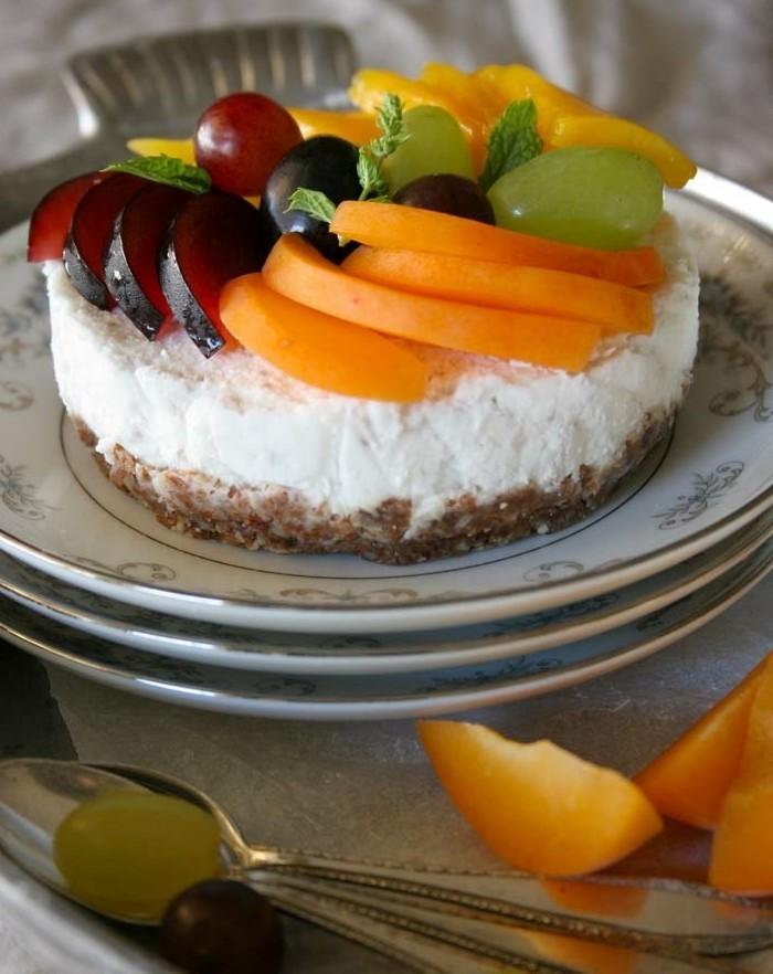 vegane-torte-vegane-geburtstagstorte-mit-obst-und-creme