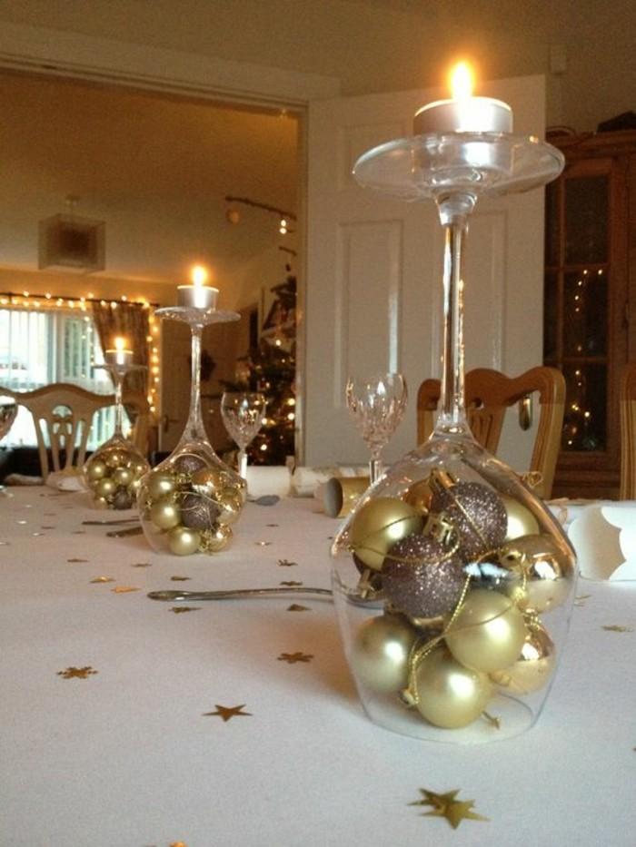 weihnachtendekoration-selber-machen-weihnachtliche-tischdeko-weinglaser-mit-weihnachtskugeln