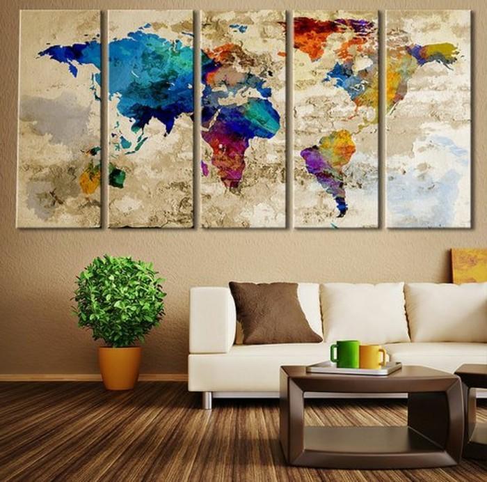 weltkarte-leinwand-collage-wohnzimmer-braun-weiser-couch-holztisch-pflanze