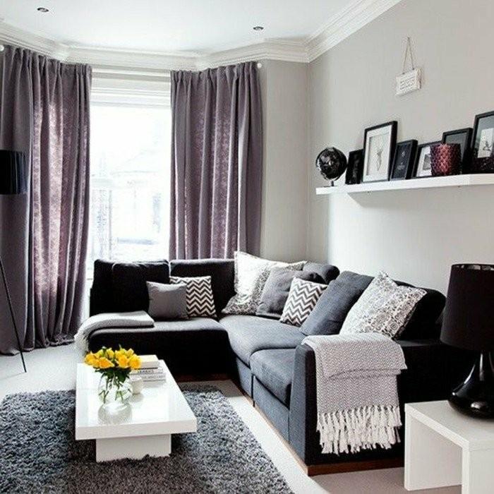 wohnzimmer-design-in-weis-mit-violett-vorhange