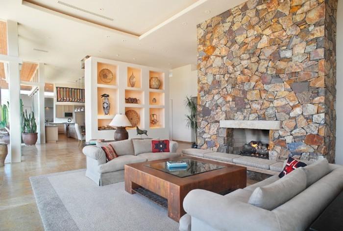wunderschone-einrichtungsideen-wohnzimmerdekoration-steinwand-feuerstelle-pluschteppisch-in-grau-gemutlicher-sofa-ubergang-zum-esszimmer