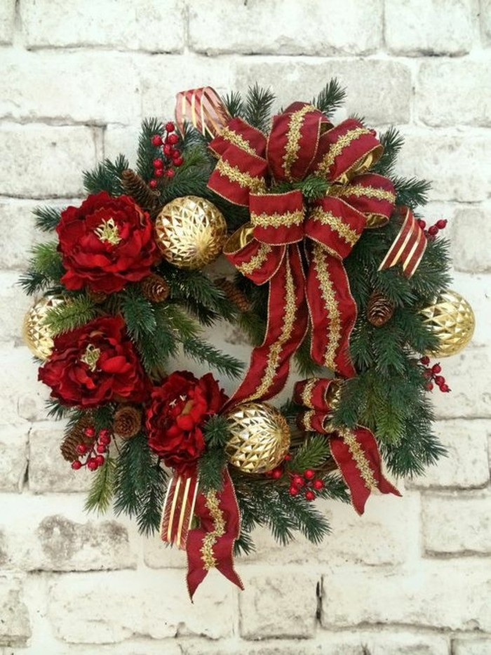 1-moderne-weihnachtsdeko-gruene-zweigen-zapfen-goldene-weihnachtskugeln-rote-blumen