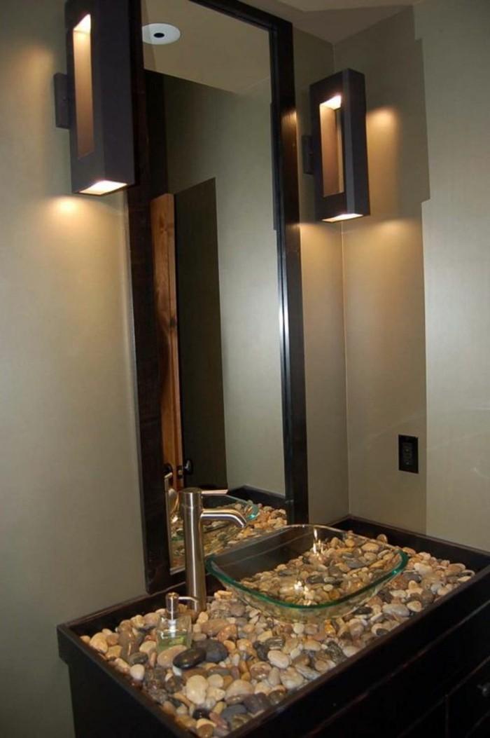 10-badezimmer-deko-bader-ideen-eckiger-spiegel-mit-schwarzem-rahmen-waschbecken-aus-glas-steinchen