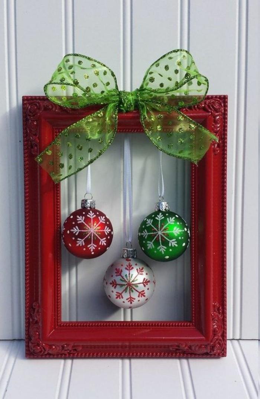 10-tuerkraenze-weihnachten-roter-bilderrahmen-gruene-schleife-weihnachtskugel