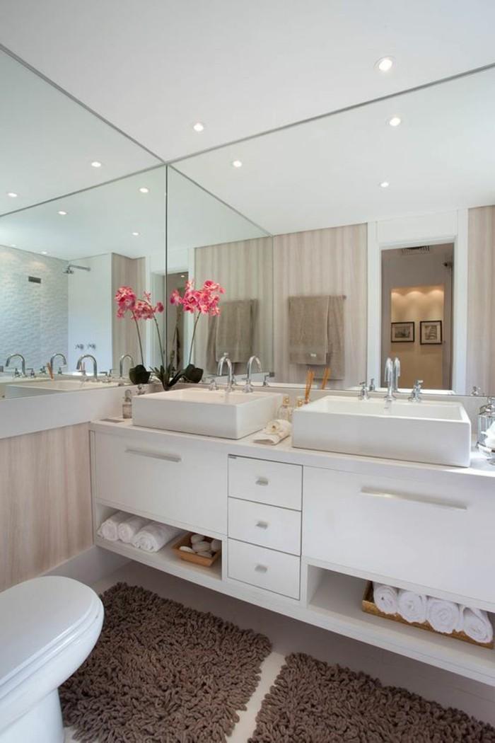 11-badezimmer-deko-badezimmer-gestalten-in-weis-mit-spiegeln-rose-blume