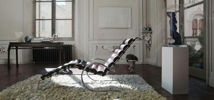 1moderner-relax-stuhl-leder-weisser-teppich-bodenfliesen-fenster-bis-zum-boden-schreibtisch-holz
