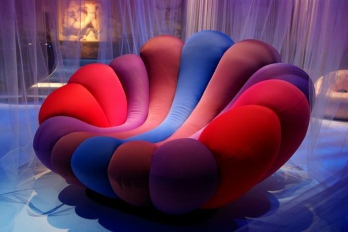 1polstersessel-vielfarbig-rot-lila-blau-transparente-gardinen-indirektes-licht-komfortabler-sessel