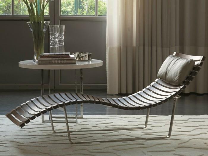 1relax-stuhl-holzstuhl-mit-kissen-runder-kaffeetisch-buecher-vase-blumenvase-lange-gardinen-helles-wohnzimmer-plueschteppich
