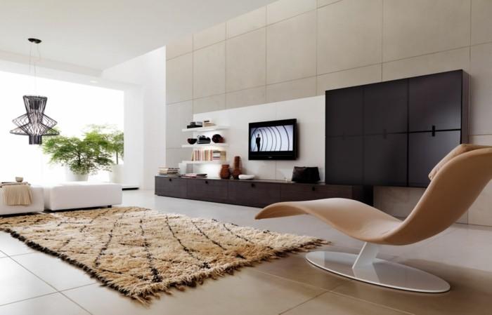 1relax-stuhl-leder-beige-bodenfliesen-beige-musterteppich-beige-holzmoebel-wohnzimmer-weisser-lederhocker
