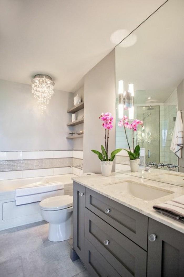 2-badezimmer-deko-bader-ideen-badezimmer-in-weis-und-grau-kronleuchter-aus-kristall