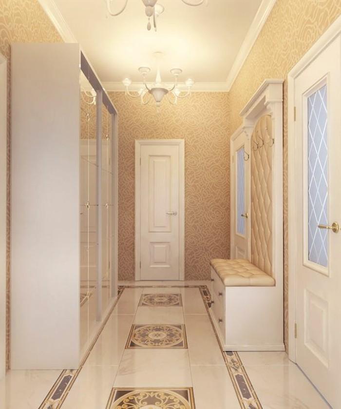 2-flur-einrichten-flur-tapeten-beige-tapeten-weise-garderobe-kronleuchter