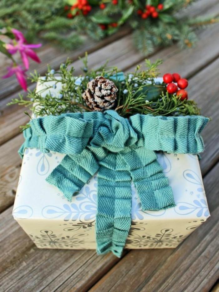 2-geschenkverpackung-geschenkbox-verpackung-grune-schleife-mit-zweigen-und-zapfen