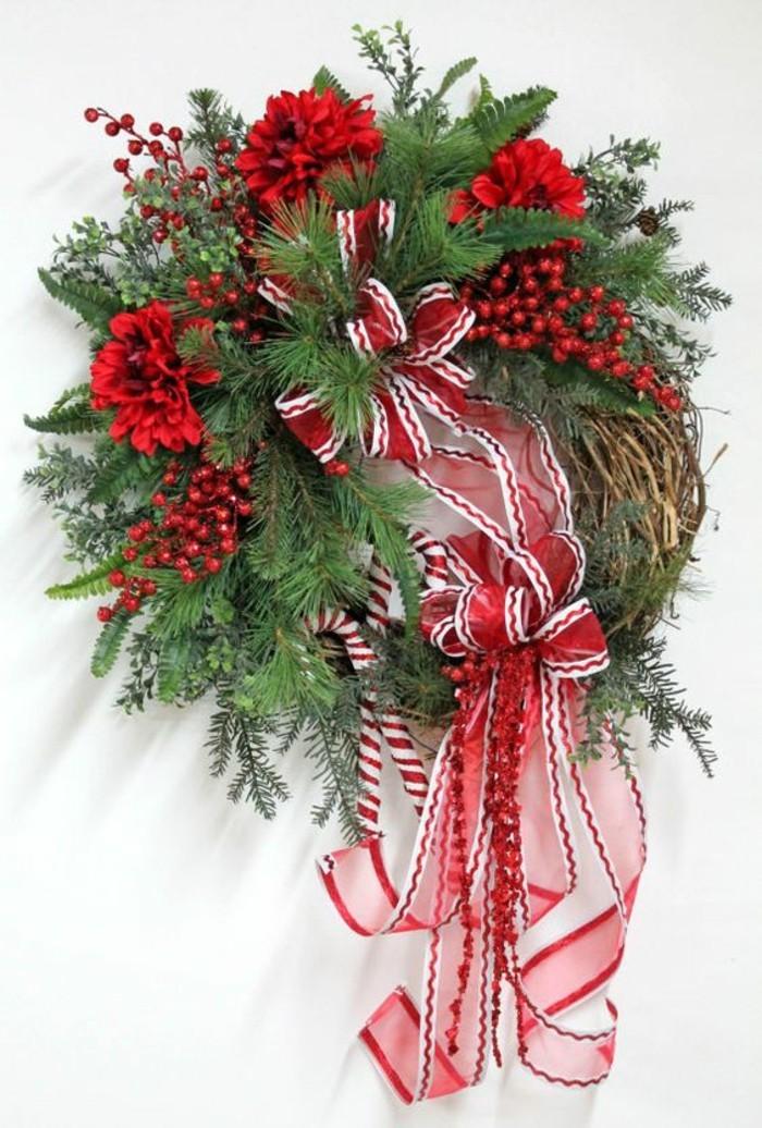 2-moderne-weihnachtsdeko-adventskranz-aus-gruenen-zweigen-roten-blumen-schleifen-in-rot-und-weiss