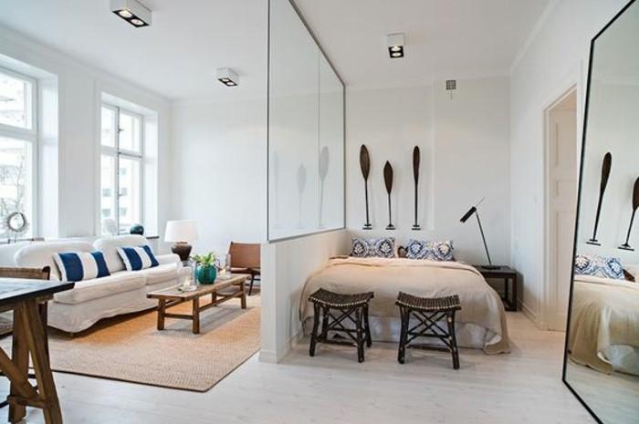 3-kleines-zimmer-einrichten-bett-hocker-weisses-sofa-raumteiler-spiegel