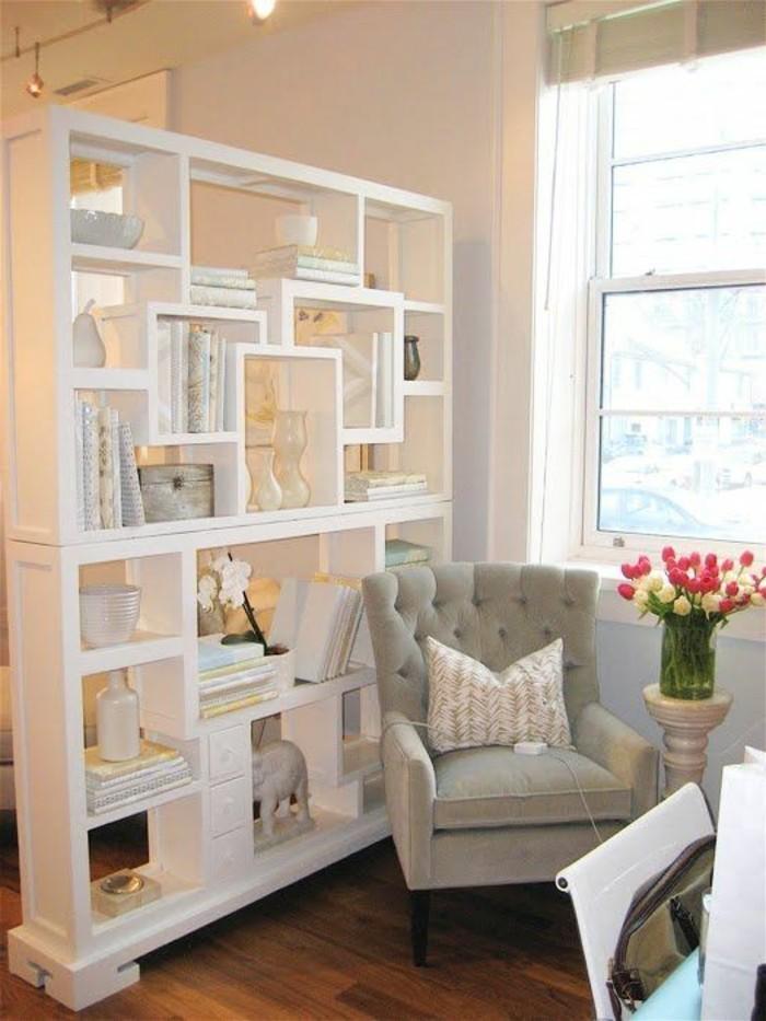 8-kleines-wohnzimmer-weisser-reumteiler-grauer-sessel-blumen