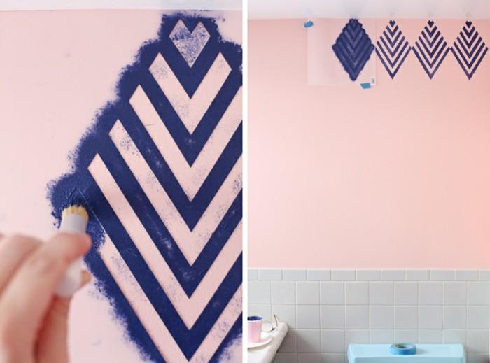 8vorlage-zum-ausmalen-rosa-wand-lila-geometrische-formen-weisse-wandfliesen-malerband-wandgestaltung-mit-farbe