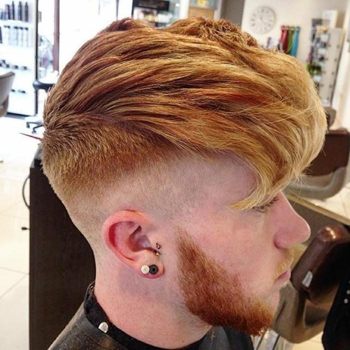 trendfrisuren-für-männer-aktuelle-frisuren-maenner-cooles-mittellanges-relifiertes-haar-mit-gewicht2