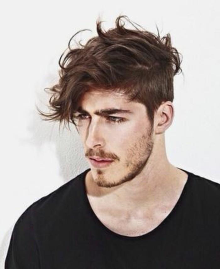 aktuelle-frisuren-maenner-mittellange-gewellte-haare--unordentlich-bart-schnurrbart-kurz