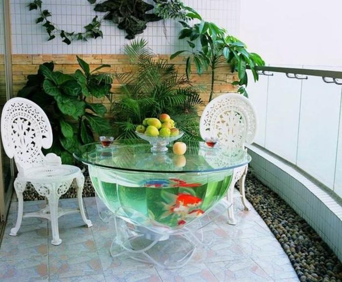 aquariumtisch-goldfische-balkon-terrasse-mosaikfliesen-obst-antike-stuhle-pflanzen