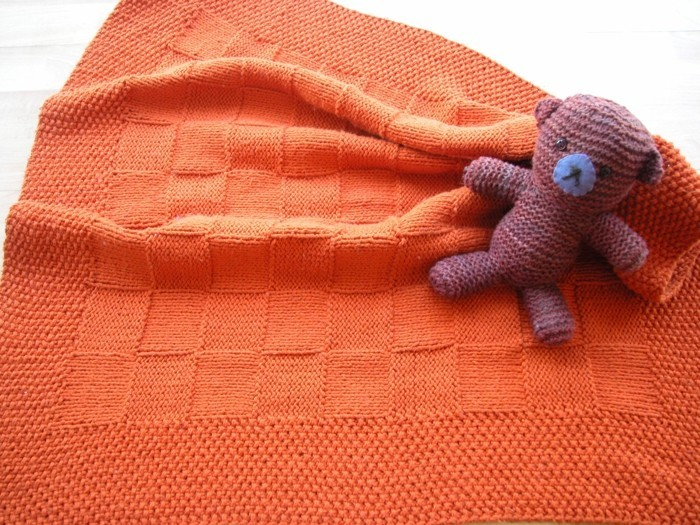 babydecke-haekeln-in-oranger-farbe