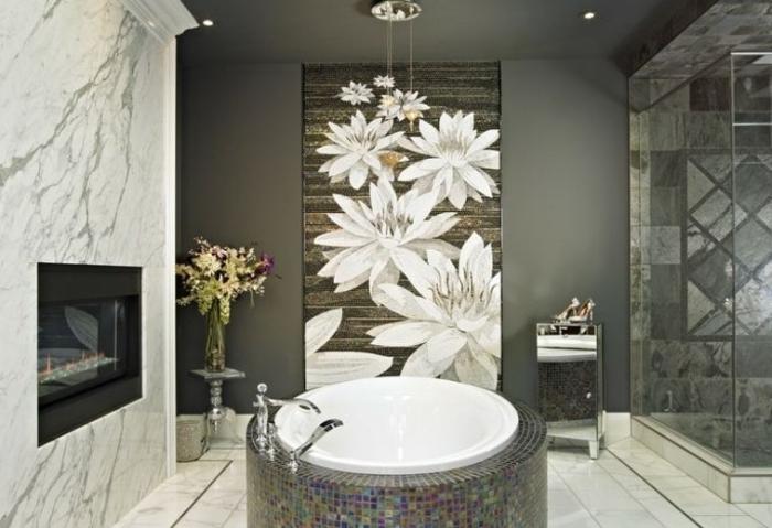 bad fliesen ideen bilder, badgestaltung in weiß und grau, große weiße blumen, badfliesen in marmor optik