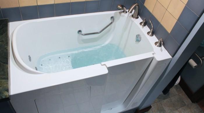 badeinrichtung-badewanne-mit-tuer-und-sitzbank-fuer-senioren-seniorengerechtes-wohnen
