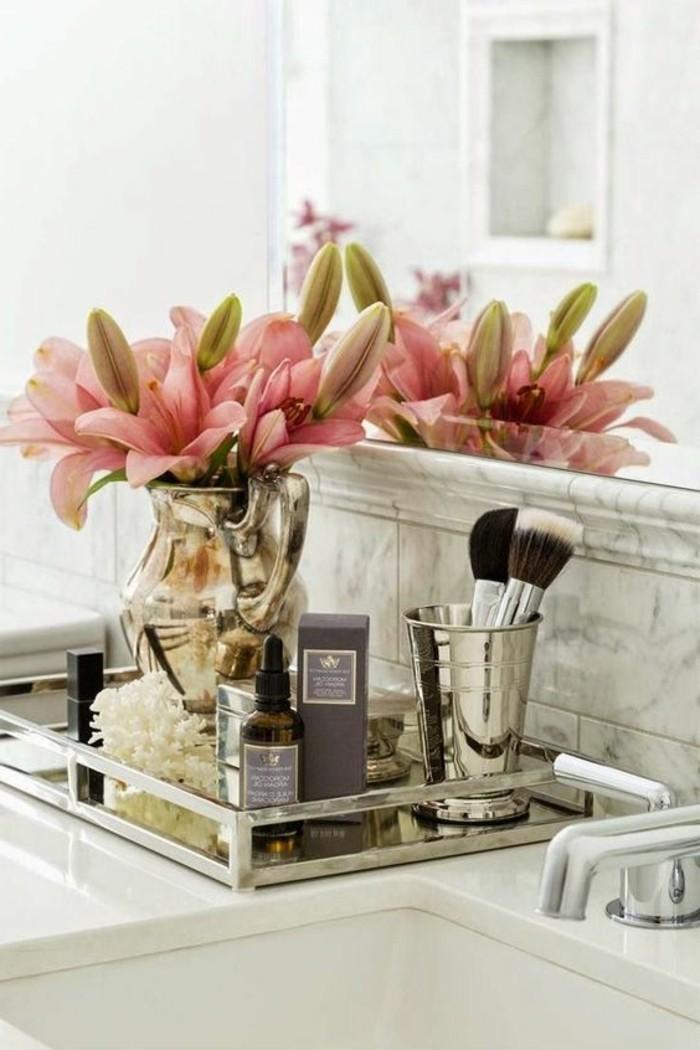 badezimmer-deko-bader-ideen-badezimmer-in-weis-accessoires-rosa-blumen