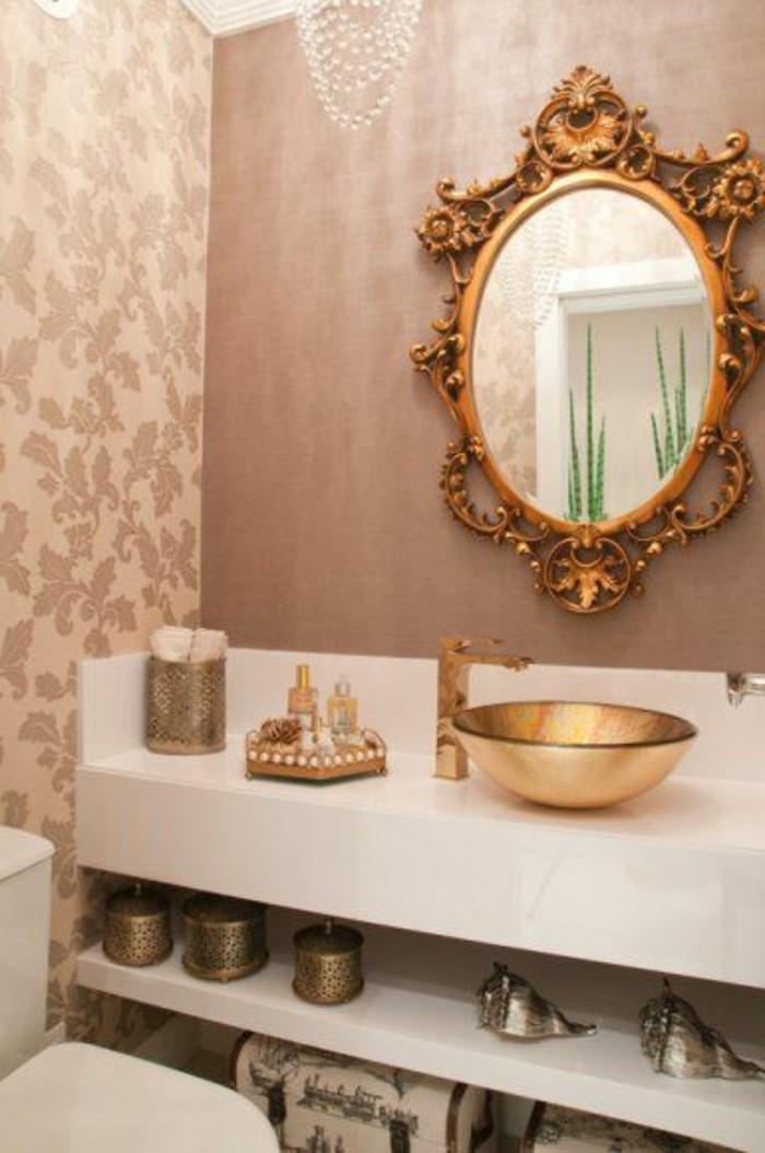 badezimmer-deko-bader-ideen-spiegel-mit-goldenem-rahmen-goldenes-waschbecken