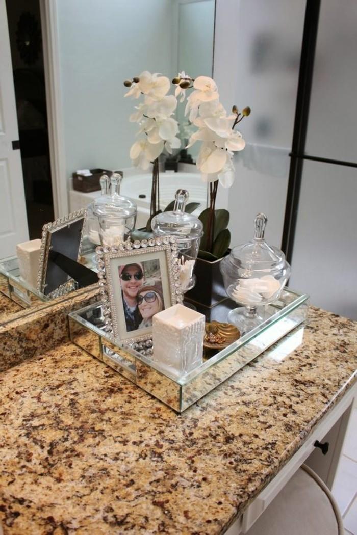 badezimmer-deko-bader-ideen-weise-blume-accessoires-kerze-foto