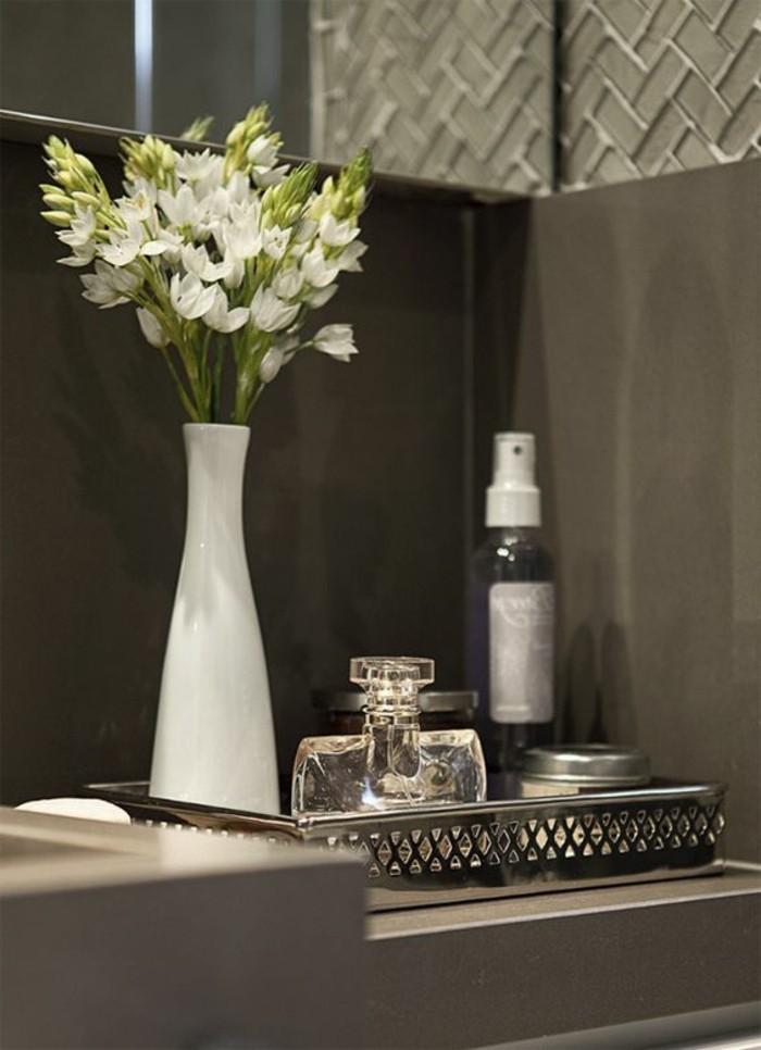 badezimmer-deko-bader-ideen-weise-blumen-parfum-accessoires