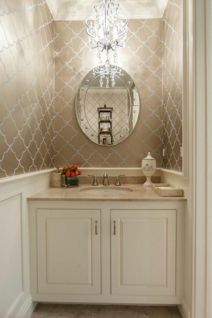 badezimmer-deko-baddesign-badezimmer-in-beige-und-weis-runder-spiegel-kronleuchter