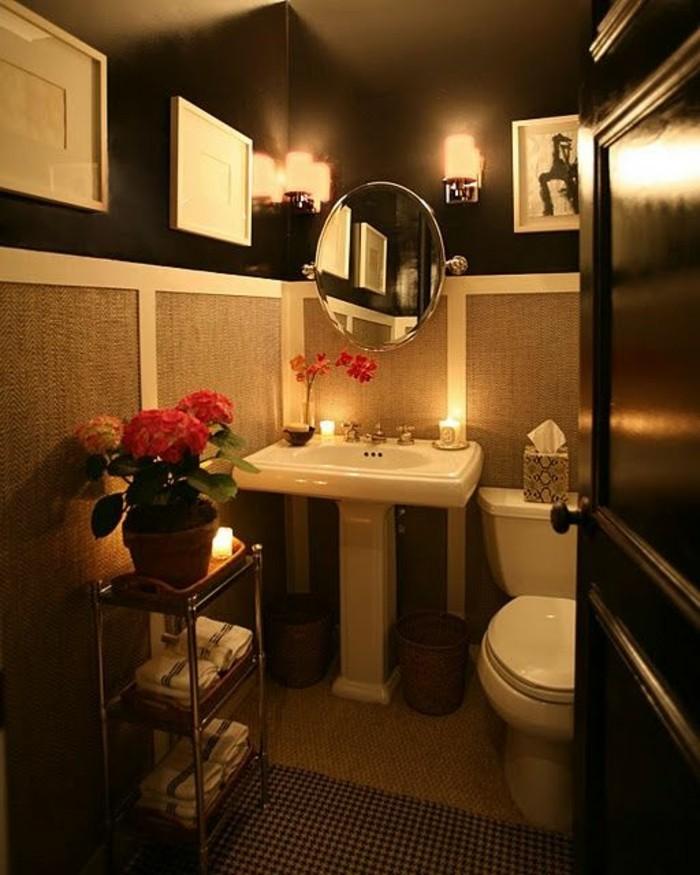 badezimmer-deko-baddesign-badezimmer-in-braun-runder-spiegel-rosa-blumen