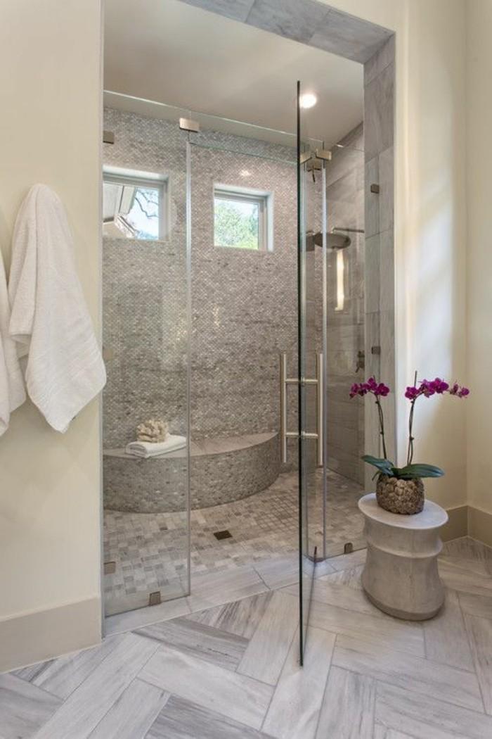 badezimmer-deko-baddesign-in-grau-und-weis-mit-rose-blumen