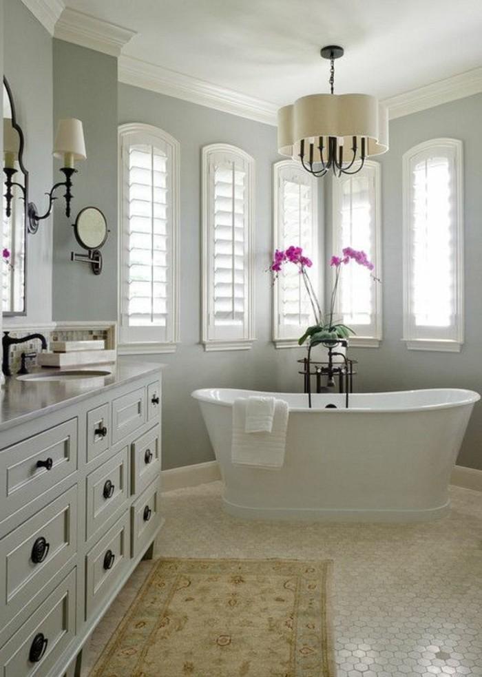 badezimmer-deko-baddesign-in-weis-weise-retro-badewanne-rosa-blumen