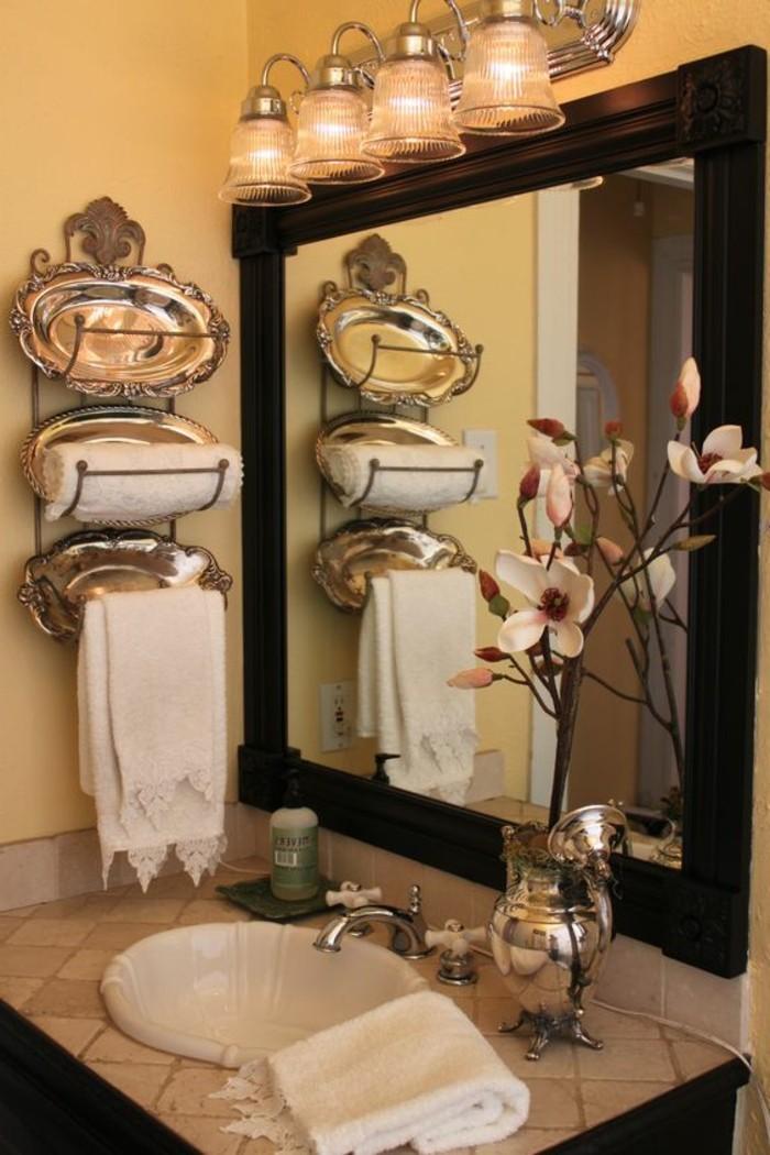 badezimmer-deko-baddesign-retro-waschbecken-spiegel-mit-schwarzem-rahmen-blumen