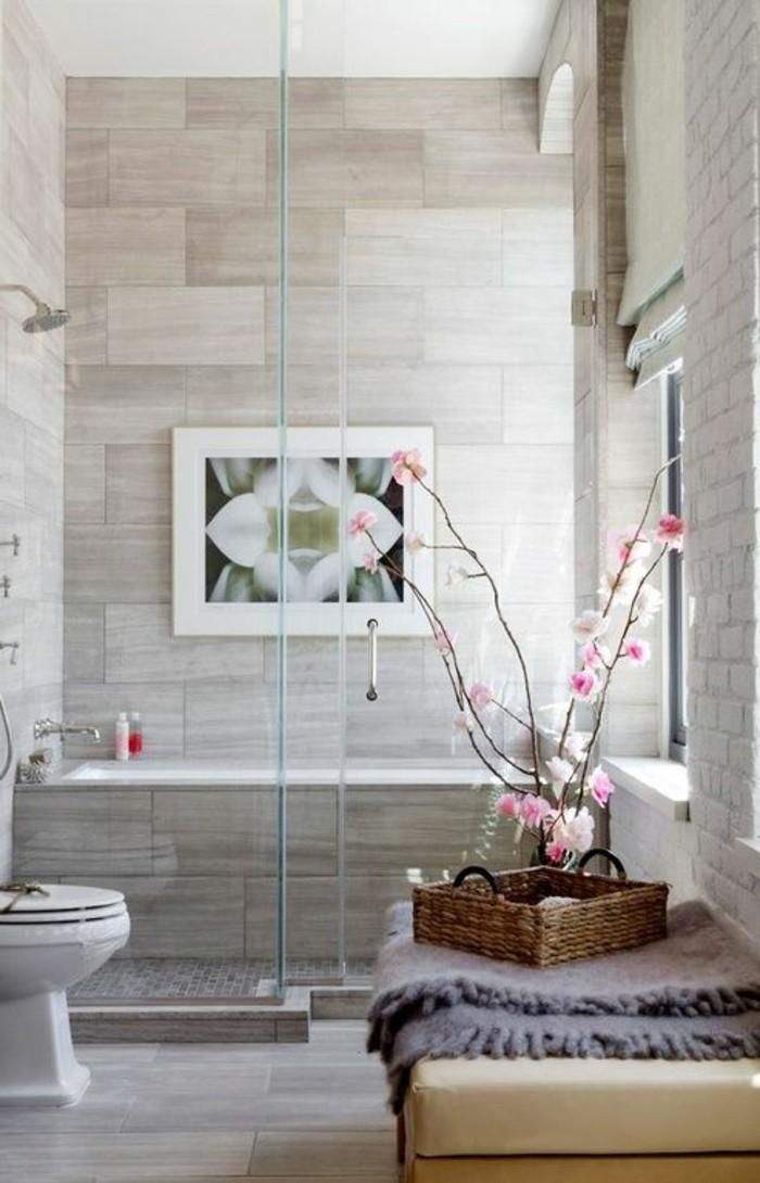badezimmer-deko-badezimmer-gestalten-in-hellgrau-bild-rosa-blumen